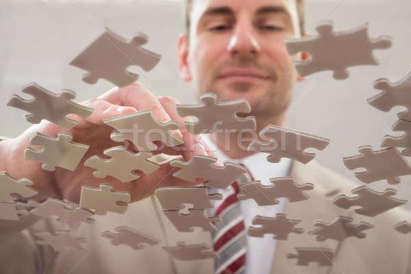 Empresario rompecabezas rompecabezas vidrio mesa negocios Foto stock © AndreyPopov