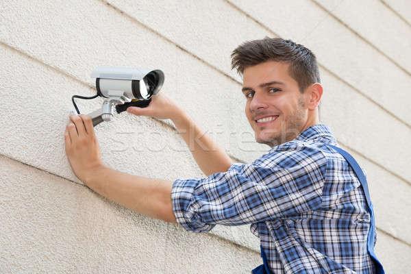 Technikus megjavít cctv kamera fal fiatal Stock fotó © AndreyPopov