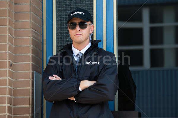 Ochroniarz stałego ramię młodych ściany bezpieczeństwa Zdjęcia stock © AndreyPopov