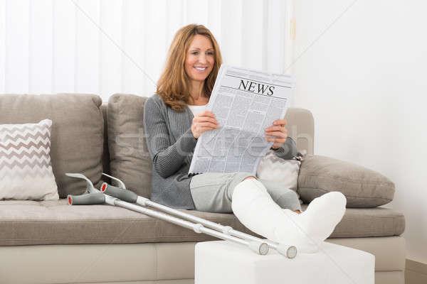 Vrouw been lezing krant rijpe vrouw huis Stockfoto © AndreyPopov