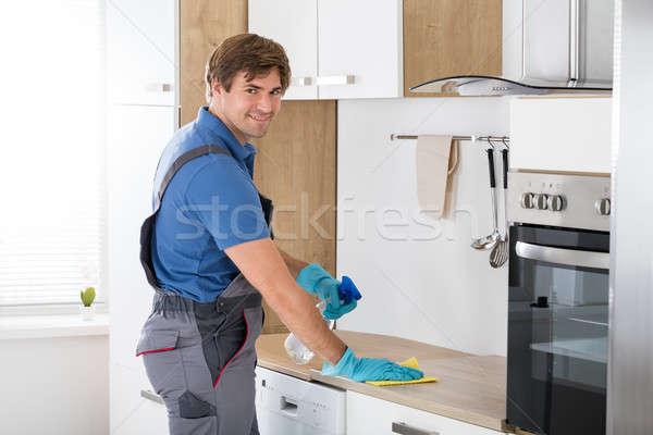 Lavoratore complessivo pulizia maschio home bottiglia Foto d'archivio © AndreyPopov
