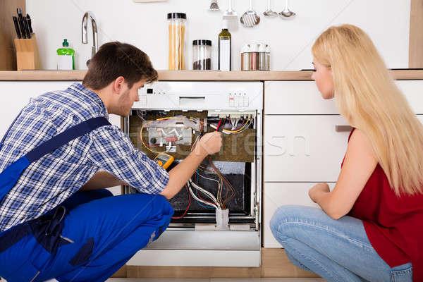 Teknisyen bulaşık makinesi mutfak genç kadın bakıyor erkek Stok fotoğraf © AndreyPopov