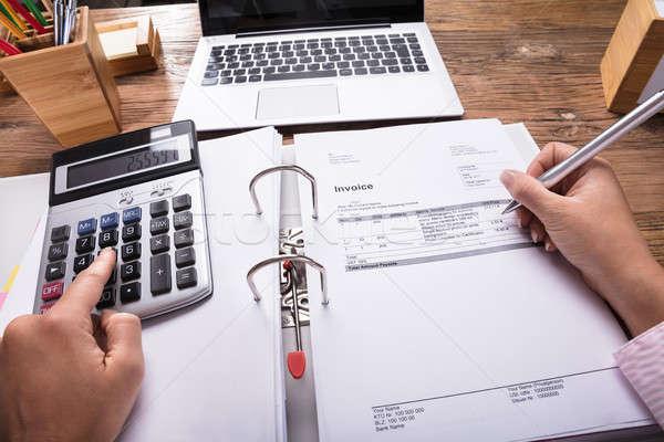 Zakenvrouw factuur bureau calculator hand Stockfoto © AndreyPopov