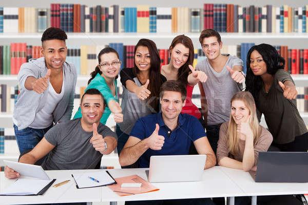 Többnemzetiségű egyetem diákok mutat hüvelykujj felfelé Stock fotó © AndreyPopov