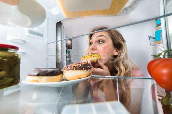 ストックフォト: 幸せ · 女性 · 食べ · ドーナツ · プレート · 小さな
