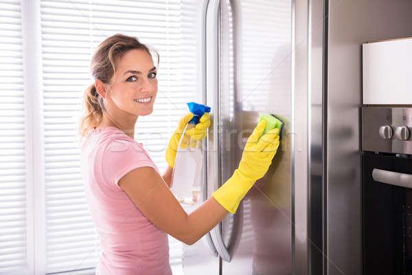 Vrouw schoonmaken roestvrij staal koelkast gelukkig spons Stockfoto © AndreyPopov