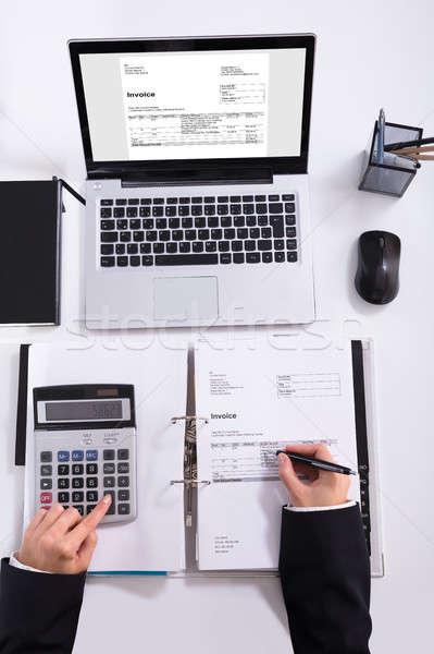 Zakenvrouw hand factuur calculator bureau Stockfoto © AndreyPopov