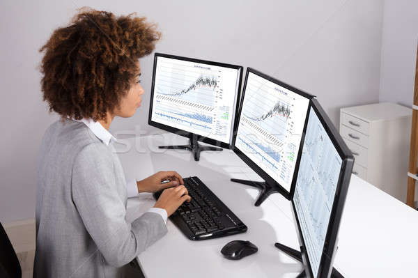 Imprenditrice mercato azionario stato primo piano multipla computer Foto d'archivio © AndreyPopov