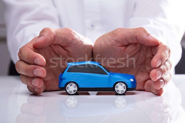üzletember kék autó kéz kicsi miniatűr Stock fotó © AndreyPopov
