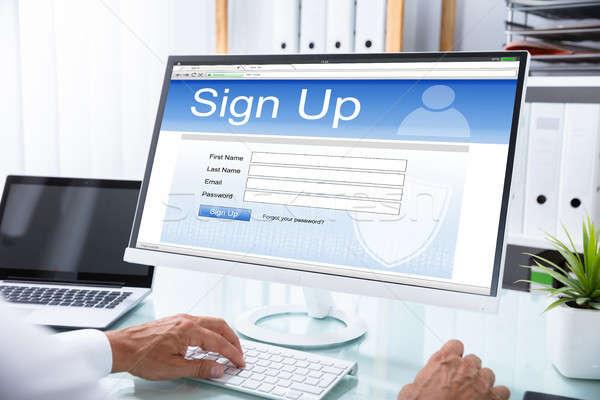 ストックフォト: ビジネスマン · 署名 · ウェブサイト · コンピュータ · 手 · オフィス