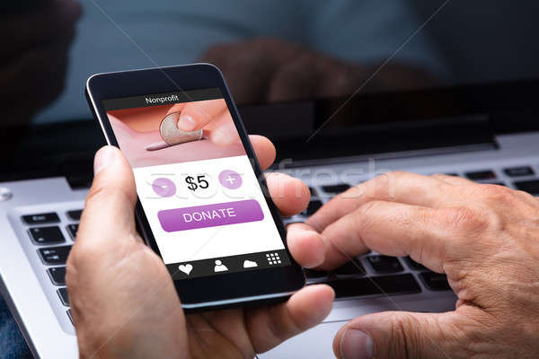 Man mobiele telefoon schenking app scherm Stockfoto © AndreyPopov