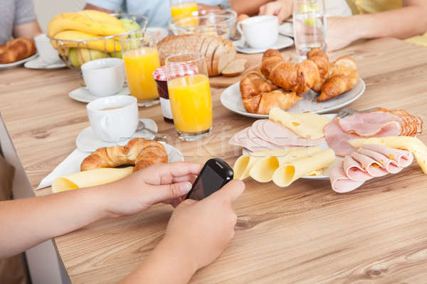 подростку кухне мобильного телефона семьи Сток-фото © AndreyPopov