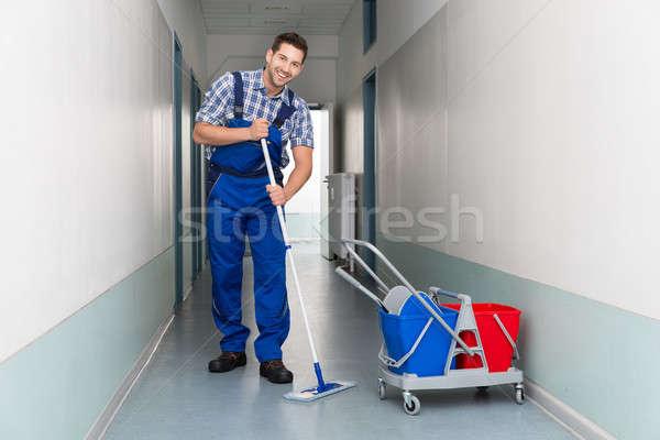 Heureux Homme travailleur balai nettoyage bureau Photo stock © AndreyPopov
