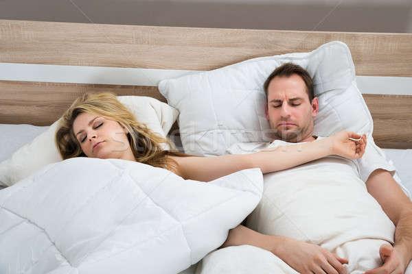 Paar slaapkamer slapen witte bed home Stockfoto © AndreyPopov