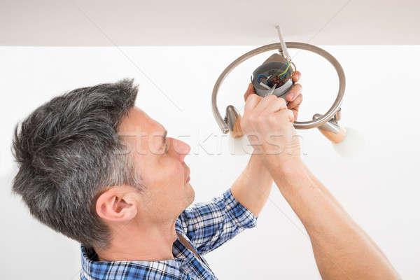 Foto stock: Electricista · luz · techo · primer · plano · masculina