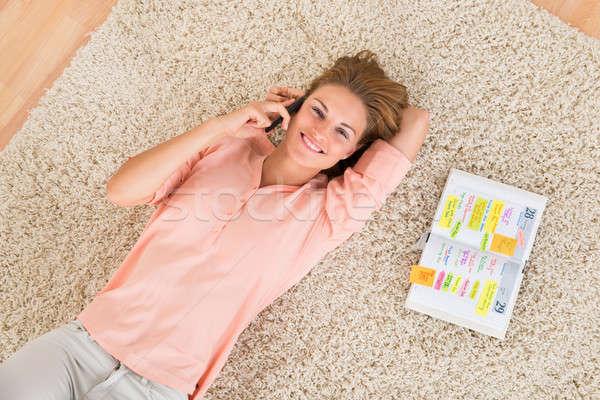 Frau · sprechen · Handy · Teppich · jungen · glücklich