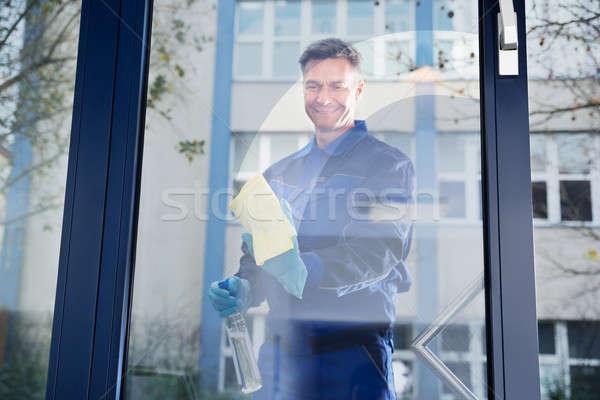 Feliz maduro masculino trabalhador limpeza vidro Foto stock © AndreyPopov