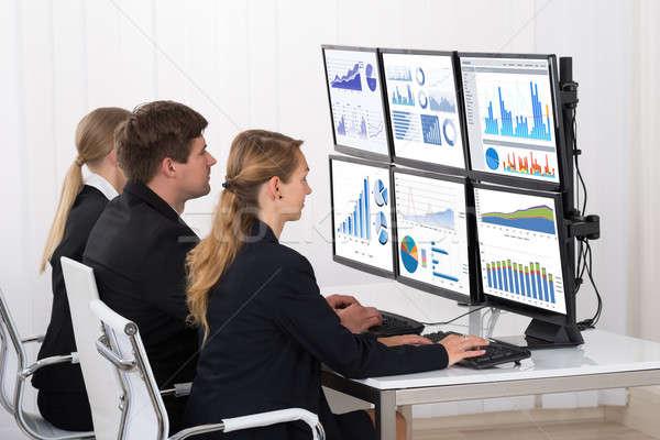 Photo stock: Gens · d'affaires · regarder · financière · graphiques · multiple · ordinateur