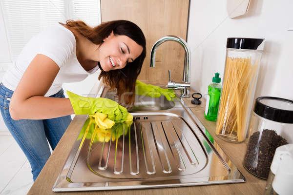 Mujer limpieza acero inoxidable fregadero jóvenes alegre Foto stock © AndreyPopov