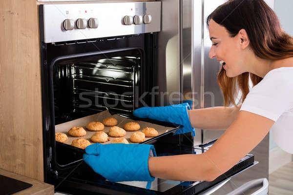 Vrouw dienblad cookies oven jonge gelukkig Stockfoto © AndreyPopov