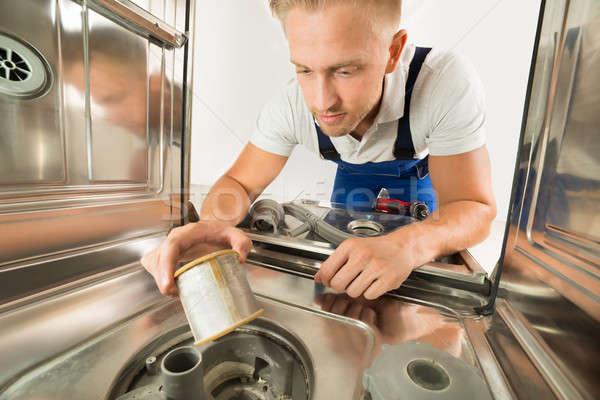 Férfi átfogó javít mosogatógép fiatalember konyha Stock fotó © AndreyPopov