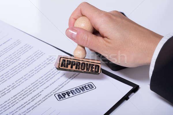 Persona mani documento testo approvato primo piano Foto d'archivio © AndreyPopov