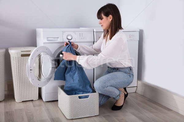 Jeune femme regarder tshirt ouvrir machine à laver femme Photo stock © AndreyPopov