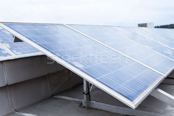 Zonnepaneel milieuvriendelijk zonnepanelen dak technologie Stockfoto © AndreyPopov