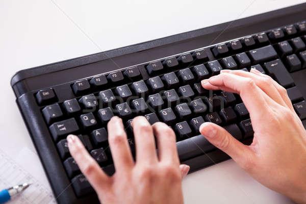 女性 手 入力 ノートパソコンのキーボード 表示 ストックフォト © AndreyPopov