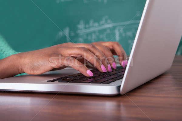 Foto d'archivio: Insegnante · utilizzando · il · computer · portatile · desk · immagine · femminile · classe