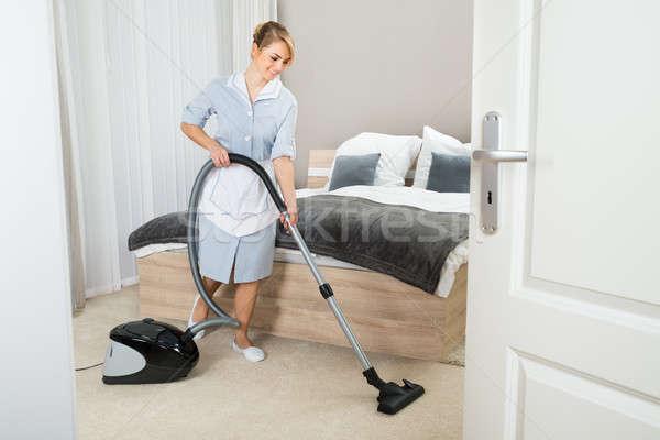 Empregada aspirador de pó quarto de hotel jovem limpeza mulher Foto stock © AndreyPopov