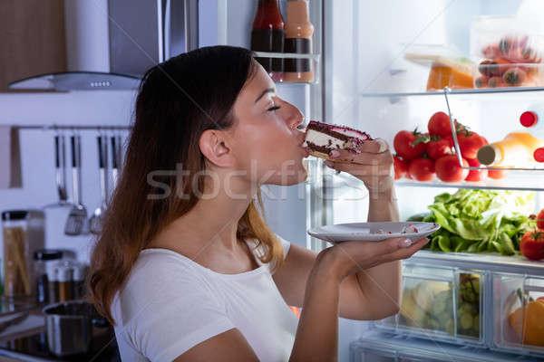 Mulher alimentação bolo geladeira mulher jovem fatia Foto stock © AndreyPopov