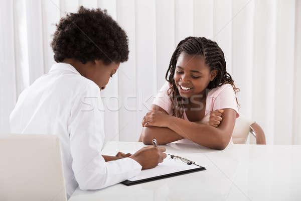 Foto stock: Médico · escrever · prescrição · escrita · sorridente · africano