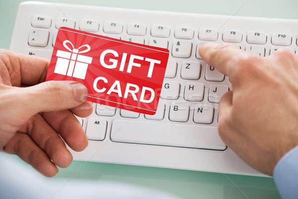 Empresario rojo tarjeta de regalo mano teclado Foto stock © AndreyPopov
