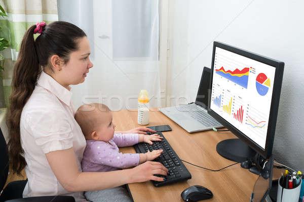 Nő grafikon számítógép baba otthon lány Stock fotó © AndreyPopov