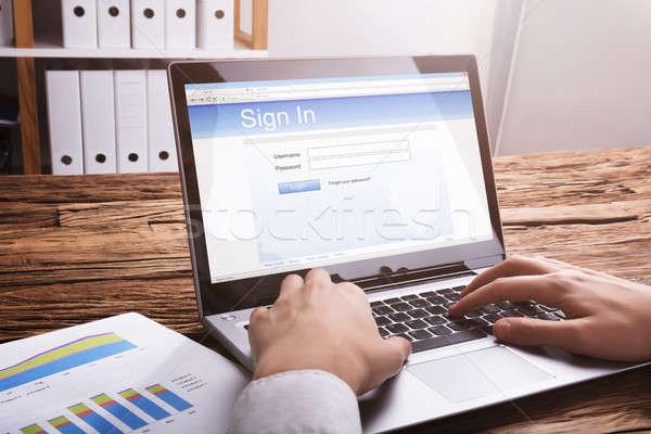 Empresário assinatura site laptop mão Foto stock © AndreyPopov
