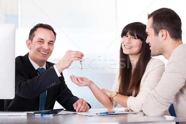 консультант ключами пару служба улыбка человека Сток-фото © AndreyPopov