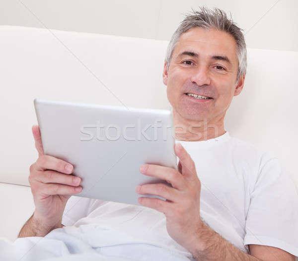 Dojrzały mężczyzna cyfrowe tabletka portret człowiek technologii Zdjęcia stock © AndreyPopov
