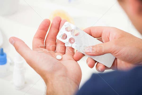 Férfi elvesz tabletta ki hólyag csomag Stock fotó © AndreyPopov