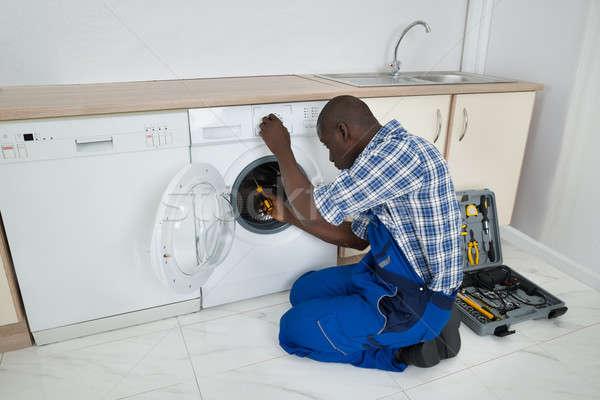 Technicien machine à laver jeunes africaine Photo stock © AndreyPopov