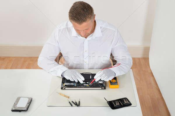 Homem placa-mãe moço laptop computador Foto stock © AndreyPopov