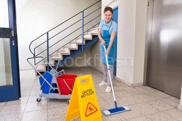 Werknemer schoonmaken nat vloer teken Stockfoto © AndreyPopov