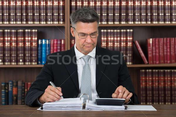 Ragioniere iscritto documento mutui tavola maturo Foto d'archivio © AndreyPopov