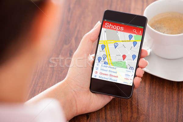 Személy keres boltok okostelefon közelkép személyek Stock fotó © AndreyPopov