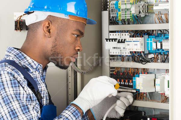 Technicien tournevis jeunes africaine Homme Photo stock © AndreyPopov