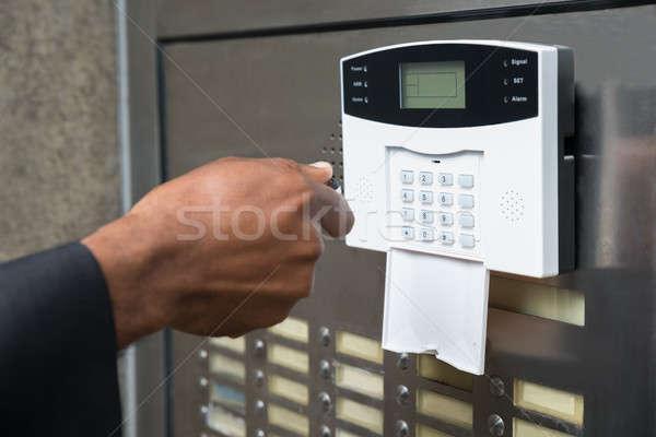 Foto d'archivio: Telecomando · porta · aperta · primo · piano · mano · porta
