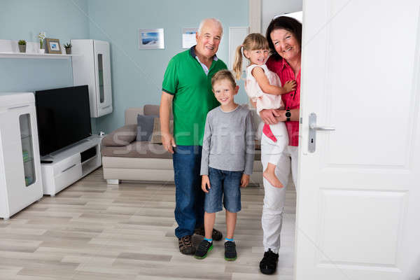 Grootvader kleinkinderen permanente achter deur gelukkig gezin Stockfoto © AndreyPopov