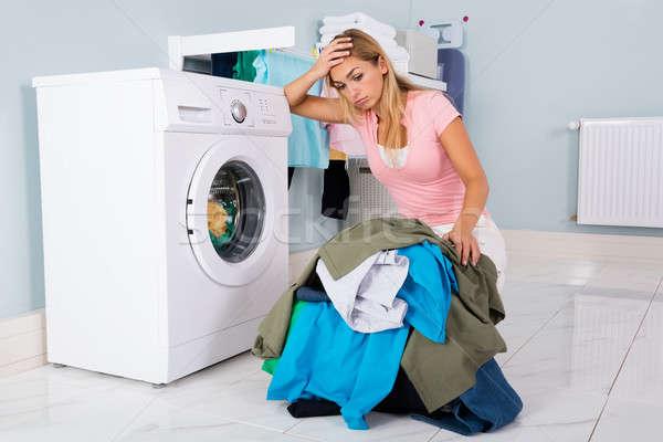 несчастный женщину глядя одежды утилита комнату Сток-фото © AndreyPopov