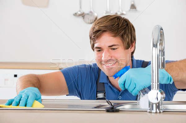 Homme nettoyage évier rag jeunes heureux Photo stock © AndreyPopov
