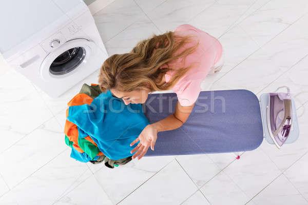 Stock fotó: Nő · dől · vasalás · tábla · magasról · fotózva · kilátás